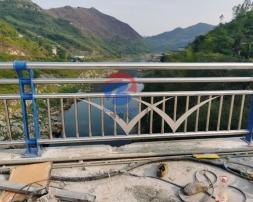 桥梁防撞护栏